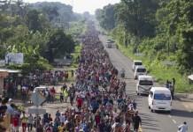 Una fila de más de cinco kilómetros de migrantes mientras se desplazaba el domingo 21 de octubre de Ciudad Hidalgo a Tapachula, a 40 kilómetros, dentro del estado de Chiapas, en el sur de México. Hasta la frontera con Estados Unidos hay 2.000 kilómetros, por una ruta que en parte controlan mafias delictivas. Crédito: Javier García/IPS