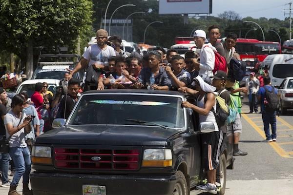 Centenares de mexicanos se movilizaron para ayudar a los migrantes centroamericanos, muchos cargando en sus vehículos a integrantes de la caravana, para aliviarles el trayecto hasta Tapachula, donde otros residentes solidarios les aportaban alimentos y bebidas. Crédito: Javier García/IPS