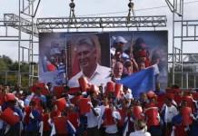 Imagen del presidente cubano Miguel Díaz-Canel en una pantalla gigante, durante el acto central del Día Internacional de los Trabajadores, el 1 de mayo, en la Plaza de la Revolución, poco después de pasar a encabezar el gobierno, el 19 de abril. Crédito: Jorge Luis Baños/IPS
