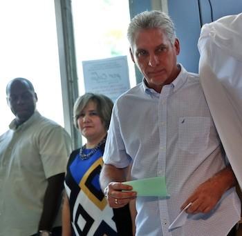 El primer vicepresidente cubano Miguel Díaz-Canel mientras votaba en las elecciones parlamentarias el domingo 11 de marzo, en un colegio electoral en la central provincia de Villa Clara. Crédito: Alejandro Ernesto Pérez/POOL EFE-IPS
