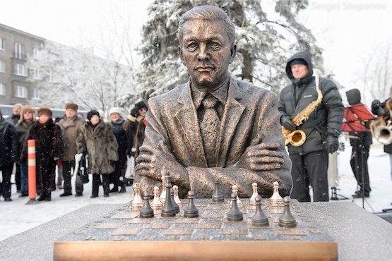 Monumento sedente a Keres en Narva, su ciudad natal.