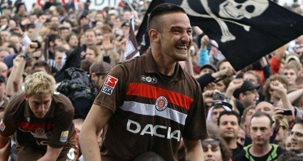 Naki celebrando con la afición del Sankt Pauli.