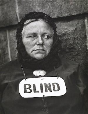 Blind Woman, New York [Mujer ciega, Nueva York], 1916 (negativo), década de 1940 (copia). Copia a la gelatina de plata. Colecciones FUNDACIÓN MAPFRE, FM000886 © Aperture Foundation Inc., Paul Strand Archive