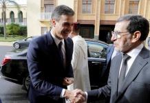 Pedro Sánchez saluda al jefe de Gobierno marroquí Saadedín Al Ozmani.