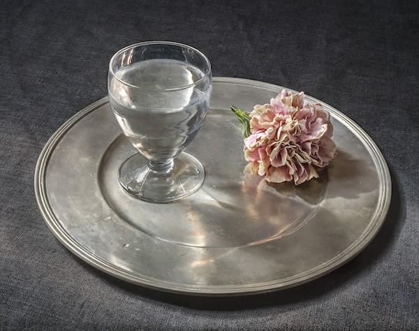 Pilar Pequeño Copa de agua y un clavel
