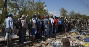Un grupo de refugiados cruza la frontera entre Grecia y Macedonia, 23 de agosto de 2015. © Amnistía Internacional