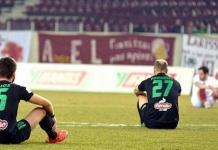 Jugadores del Acharnaikos sentados en el terreno de juego, en solidaridad con los refugiados sirios.