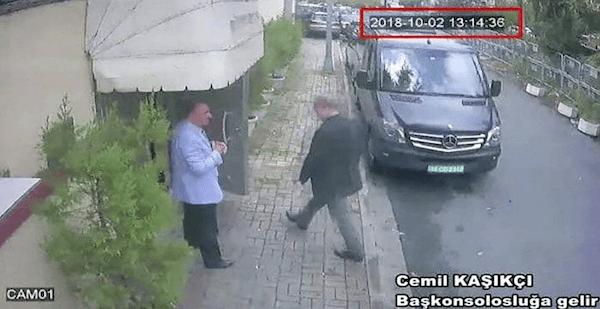 Imagen difundida por el diario turco Sabah de Jamal Khashoggi entrando al consulado saudí de Estambul, en la que se puede ver la fecha y la hora.