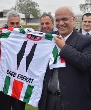 Saeb Erekat muestra la camiseta, obsequio del Palestino. Obsérvese que los números 11 corresponden al mapa de la Palestina histórica de antes de 1947'