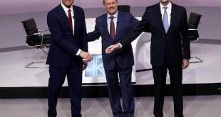 Pedro Sánchez y Mariano Rajoy en el inicio del debate que mantuvieron el 14 de diciembre de 2015