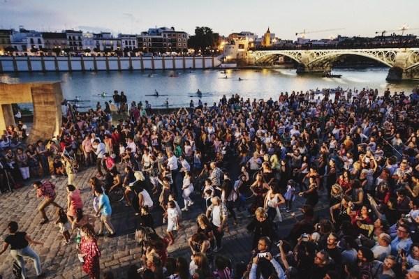 Flashmob. Piraguas en el rio. Jornada  Inaugural Bienal © Óscar Romero