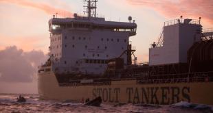 Capitán detiene activistas Greenpeace por subir a bordo para protestar