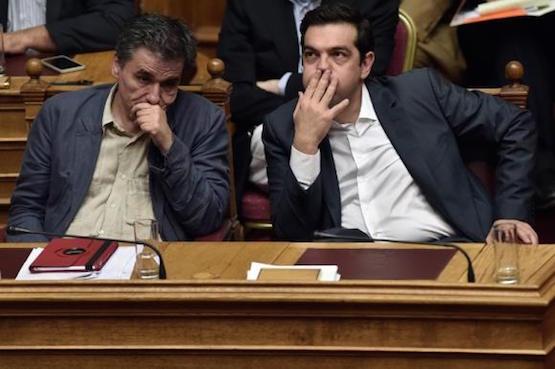 Alexis Tsipras junto al ministro de Finanzas, Eyclid Tsakalotos, durante la votación en el parlamento griego. Foto: ANDES/AFP