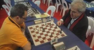 Yves Marek, izquierda, juega ante el presidente de la FFE, Bachar Kouatly.