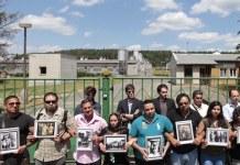 La fotografía muestra a un grupo de activistas gitanos frente a la granja de cerdos en Lety (Reuters David W Cerny)