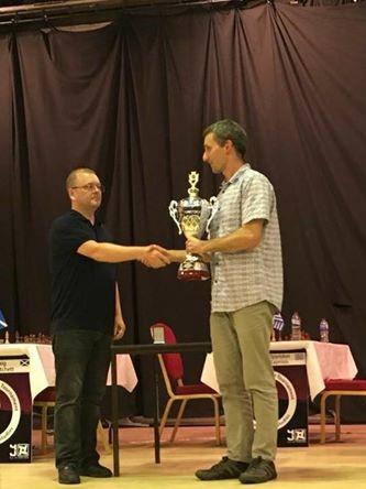 Entrega del trofeo al ganador, el escocés Andrew Greet -derecha de la imagen-.