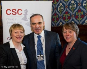 Angela –izquierda- y su hermana María –derecha- junto al excampeón mundial de ajedrez, Gary Kasparov.
