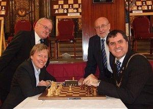 Angela Eagle en el torneo de Liverpool de 2008 junto a dirigentes de la Federación inglesa de ajedrez.