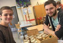 Los dos estudiantes franceses pioneros en el ajedrez, Benoit Courder (izquierda) y David Sambuc de 17 años.