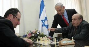 El jefe de Gobierno israelí, Benjamín Netanyahu, de pie, observa una partida entre el activista de derechos humanos y presidente de la Agencia Judía, Natan Sharansky –derecha- y el gran maestro Boris Gelfand