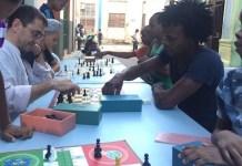 Juan Carlos Monedero jugando al ajedrez en La Habana