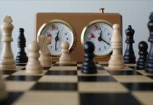 Fichas y reloj de partidas rápidas de ajedrez