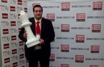 Luis Blasco con el premio internacional otorgado por la iniciativa 'Ajedrez y TDAH'.