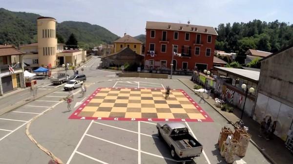 Preparativos del ajedrez viviente en la plaza en Crevacuore