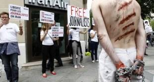 Activistas de Reporteros Sin Fronteras protestan en París por los ataques a defensores de los derechos humanos en Irán