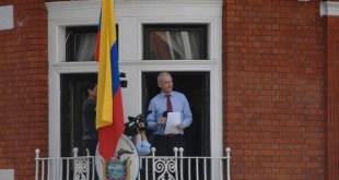 Julián Assange en el balcón de la Embajada de Ecuador en Londres