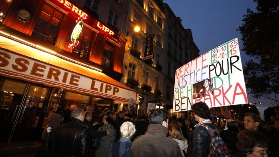 Protestas ante la Brasserie Lipp en París por la desaparición de Ben Barka