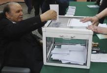 Bouteflika vota desde su silla de ruedas