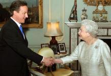 David Cameron con la reina Isabel II