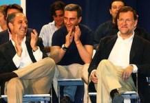 Ricardo Costa entre Francisco Camps y Mariano Rajoy en un acto de campaña electoral