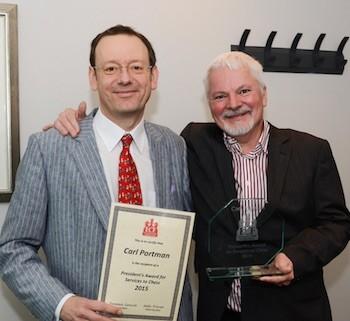 Carl Portman, sostiene el diploma entregado por la EFC por sus servicios al ajedrez.