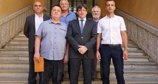 Jaume Roure, presidente de Unitat Catalana y Robert Casanovas, presidente del Comité pour l'Autodétermination de la Catalogne Nord, acompañados de Brice Lafontaine, edil de la villa de Perpignan, de Jaume Pôl, secretario general de Unitat Catalana, y de Patrick Auset, delegado de Culture, par Carles Puigdemont en Gerona el 2 de agosto de 2017