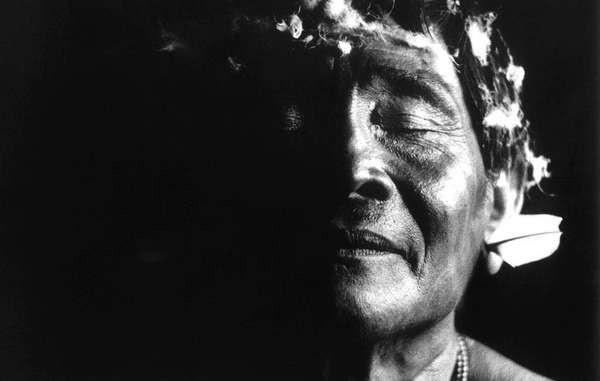 Un chamán yanomami, en una de las miles y miles de fotografías de los yanomamis que ha tomado Claudia durante su labor a lo largo de toda su vida con la tribu. © Claudia Andujar/Survival