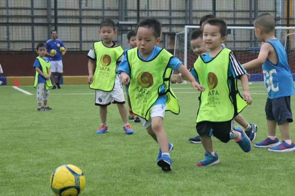 El objetivo es enseñar a los pequeños las técnicas del fútbol latinoamericano