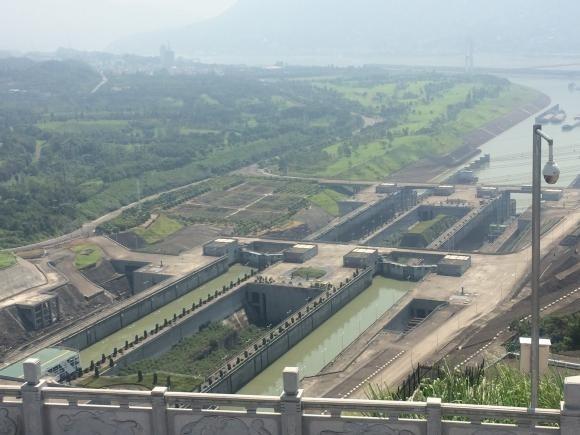 Las esclusas de la presa tres gargantas son las más grandes del mundo y acortaraán el tiempo de paso de los barcos que circulan por la presa, en el río Yangtsé. Fotos: Andes.