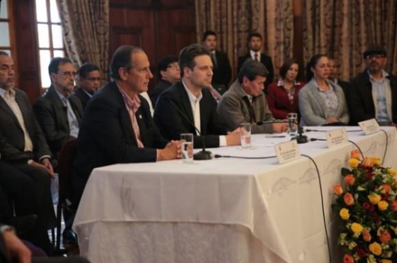 Juan Camilo Restrepo, Guillaume Long y Pablo Beltrán anuncian el inicio de las conversaciones de paz entre el ELN y el Gobierno de Colombia