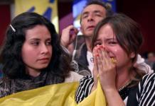 Una joven llora al conocerse el NO a los acuerdos de paz en Colombia. Foto: Andes
