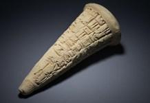 Uno de los tres conos votivos devueltos a Iraq. Están inscritos en una escritura cuneiforme antigua que ayudó a los expertos del British Museum a identificarlos como originarios del sitio de Tello.