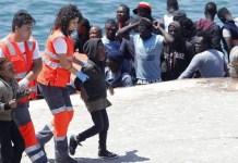 Personal de las oenegés andaluzas atienden a menores no acompañados rescatados en el Estrecho