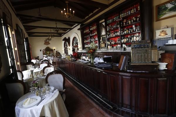 Interior del Restaurante 1800, en la Plaza San Juan de Dios, en el casco histórico de la ciudad de Camagüey, en el centro de Cuba. El establecimiento es una muestra del creciente emprendimiento privado, que busca mayor participación en el boom de la demanda turística, que el sector estatal no logra atender. Crédito: Jorge Luis Baños/IPS
