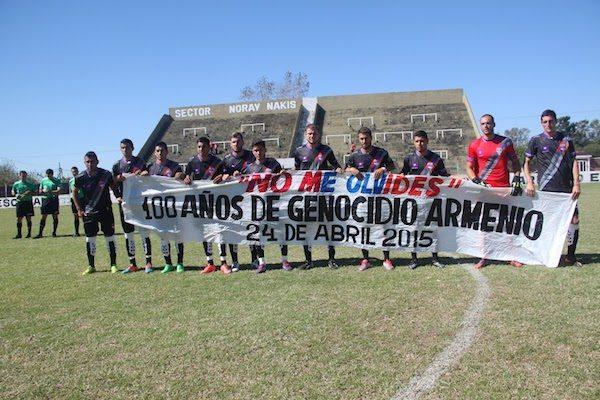 Fotografía del Deportivo Armenio con una pancarta del centenario del genocidio.