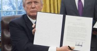 Donald Trump muestra una orden ejecutiva firmada