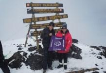 Las enfermeras Brenda Kieran, a la derecha, y Katie Baker alcanzaron la cima del Kilimanjaro en Tanzania, el 17 de noviembre de 2015, Día Mundial del Nacimiento Prematuro. Foto: March of Dimes Foundation