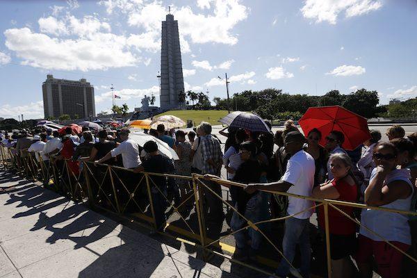 Personas hacen fila por horas el lunes 28 en las inmediaciones de la Plaza de la Revolución, para despedir al líder histórico, Fidel Castro, fallecido el viernes 25, en salas presididas por fotos del fallecido. Crédito: Jorge Luis Baños/IPS