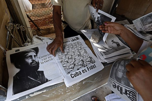 Residentes en La Habana adquieren ediciones especiales de los periódicos locales, en homenaje a Fidel Castro, mientras comienzan a pensar en el futuro de Cuba tras la muerte del líder de la Revolución. Crédito: Jorge Luis Baños/IPS