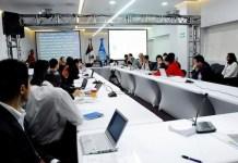 Especialistas y adolescentes durante un taller sobre los riesgos de Internet para la población infantil y juvenil, en el marco del Foro de Gobernanza de Internet 2016 (Igf2016), realizado en Zapopan, en el occidente de México. Foto: Franz Chávez /IPS